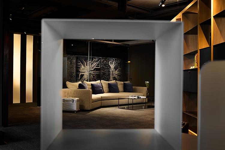 玄關入口處設置大面屏風,將公司光板產品以灰玻噴砂隱約穿透感的方式,建立公司的企業形象。