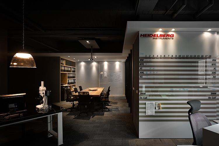 辦公區烤漆玻璃門片作為行事曆的白板使用,內藏大面積系統收納櫃。