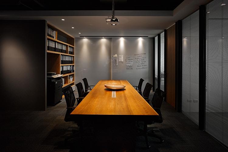 會議區擺放的實木長桌,有著歲月的斧鑿痕跡,優雅不失本色。