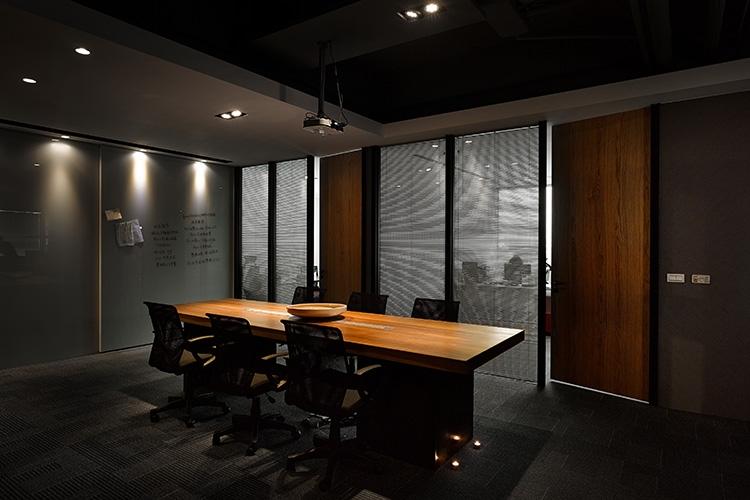 主管辦公室隔間以鐵件H造型烤漆黑色設計隔間,搭配木色門片呈現獨特風味。