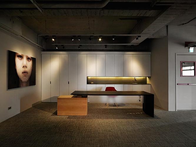 簡約的接待櫃檯,搭配櫃體線條的分割,呈現一種舒適、安定的效果。