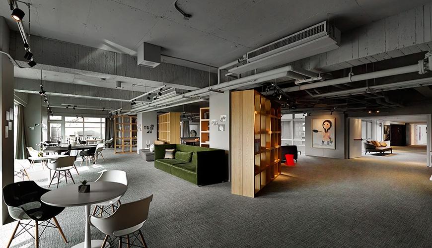 灰色調的空間搭配跳色顯眼的家具,使空間更為加分。