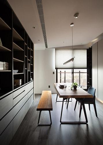 屋主家中藏書與收藏品眾多,在閱讀空間的呈現上,設計師運用系統櫃做出與客廳的隔間,兼顧區域劃分與收納需求。