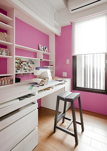 女主人還有另一個興趣為拼布藝術,設計師特別為其預留了裁縫工作室,女主人把繽紛的彩色綑線隨機排列在粉紅色的櫃面,呼應設計師的活潑空間編排。