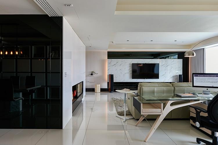 各種黑與各種白﹐從studio望向客廳﹐家人間超開放的交流。