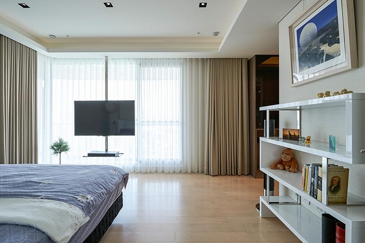 主臥室一樣擁有一大片的景觀﹐可以一望無紀﹐也可以靜謐﹑溫暖﹑並且安靜。