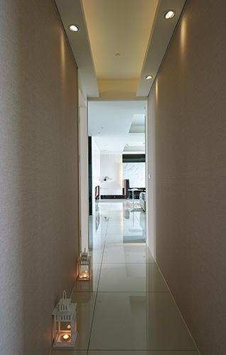 通往各個臥房的走道﹐營造cozy的氛圍。