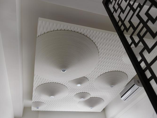 天花的設計是水平翻轉的枯山水,空間帶入裝置藝術的氛圍