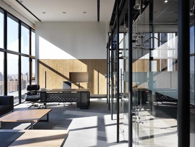空間的基調很簡潔,大片白配黑色線條,最後用溫潤的木質進行調合。
