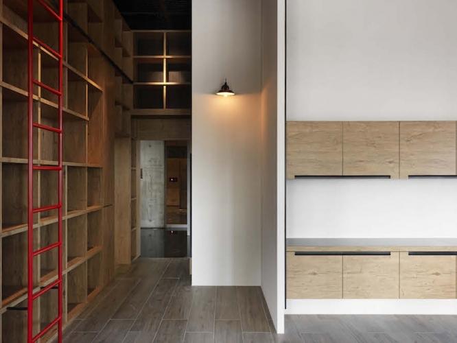 身處鋼硬的工業風格中,尋一處轉角壁面安置燈飾,以達到稍微軟化空間的效果。