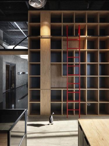 在相對沉穩的空間配色中,刻意加入正紅色的訂製鐵爬梯,增加空間的趣味性。