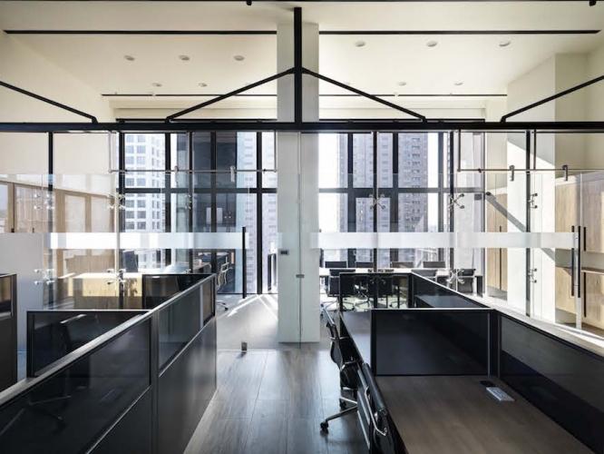 工作區與主管室、會議室共同享有視覺坪數,讓每個使用者都有擁足夠的寬闊感。