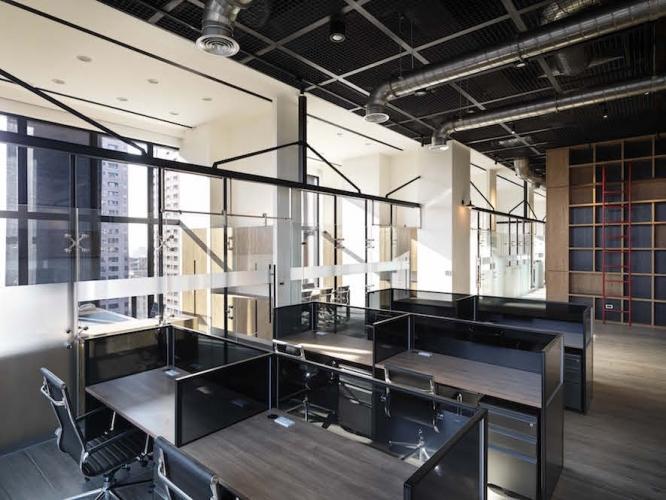 運用天花板材質的變化,讓空間屬性在高空中也同樣能得到區域上的劃分,從而在真正意義上形成量體的區隔,而不只是平面的區隔。